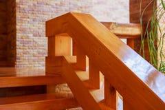 Σύγχρονη σκάλα ύφους με τα ξύλινα βήματα και το κιγκλίδωμα Στοκ Εικόνα