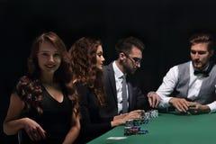 Σύγχρονη συνεδρίαση επιχειρησιακών γυναικών craps στον πίνακα σε μια χαρτοπαικτική λέσχη Στοκ φωτογραφία με δικαίωμα ελεύθερης χρήσης