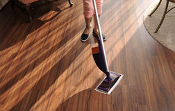 Σύγχρονη σφουγγαρίστρα για τον καθαρισμό του ξύλινου πατώματος από τη σκόνη Στοκ φωτογραφία με δικαίωμα ελεύθερης χρήσης