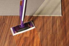 Σύγχρονη σφουγγαρίστρα για τον καθαρισμό του ξύλινου πατώματος από τη σκόνη Στοκ εικόνες με δικαίωμα ελεύθερης χρήσης