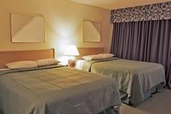 Σύγχρονη σύγχρονη κρεβατοκάμαρα με δύο κρεβάτια μεγέθους βασιλιάδων Στοκ Εικόνες