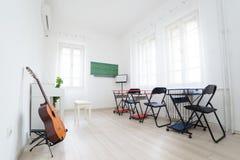 Σύγχρονη τάξη φωτός της ημέρας για τη μουσική διδασκαλίας Κιθάρα, άσπρος pian Στοκ Φωτογραφίες