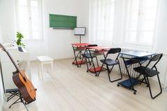 Σύγχρονη τάξη φωτός της ημέρας για τη μουσική διδασκαλίας Κιθάρα, άσπρος pian Στοκ Φωτογραφία