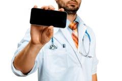 Σύγχρονη τεχνολογία στην υγεία και την έννοια ιατρικής Γιατρός με το smartphone Στοκ εικόνες με δικαίωμα ελεύθερης χρήσης