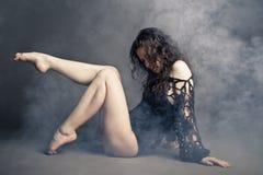 Σύγχρονη τοποθέτηση χορευτών ύφους στο γκρίζο υπόβαθρο στοκ φωτογραφία με δικαίωμα ελεύθερης χρήσης