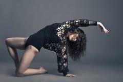Σύγχρονη τοποθέτηση χορευτών ύφους στο γκρίζο υπόβαθρο στοκ εικόνες