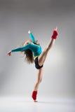 Σύγχρονη τοποθέτηση χορευτών ύφους στο γκρίζο υπόβαθρο στοκ φωτογραφίες