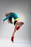 Σύγχρονη τοποθέτηση χορευτών ύφους στο γκρίζο υπόβαθρο στοκ φωτογραφίες με δικαίωμα ελεύθερης χρήσης
