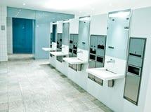 σύγχρονη τουαλέτα αερολιμένων Στοκ φωτογραφία με δικαίωμα ελεύθερης χρήσης