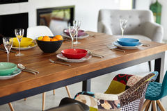 Σύγχρονη τραπεζαρία με να δειπνήσει τον πίνακα Στοκ Εικόνες