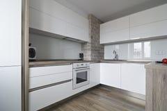 Σύγχρονη, φωτεινή άσπρη κουζίνα με ένα απλό σχέδιο Στοκ Φωτογραφίες