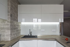 Σύγχρονη, φωτεινή άσπρη κουζίνα με ένα απλό σχέδιο Στοκ Εικόνες