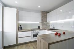 Σύγχρονη, φωτεινή άσπρη κουζίνα με ένα απλό σχέδιο Στοκ φωτογραφίες με δικαίωμα ελεύθερης χρήσης