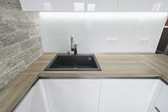 Σύγχρονη, φωτεινή άσπρη κουζίνα με ένα απλό σχέδιο Στοκ Φωτογραφία
