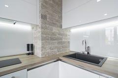 Σύγχρονη, φωτεινή άσπρη κουζίνα με ένα απλό σχέδιο Στοκ εικόνες με δικαίωμα ελεύθερης χρήσης