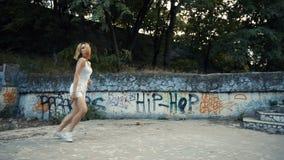 Σύγχρονη χορογραφία χορού γυναικών στο πάρκο πόλεων, έξω Καταστροφές και γκράφιτι πόλεων φιλμ μικρού μήκους