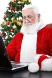 σύγχρονη χρησιμοποίηση santa lap-top Στοκ Φωτογραφία