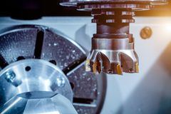 Σύγχρονη CNC εργαλειομηχανή, κινηματογράφηση σε πρώτο πλάνο κοπτών άλεσης προσώπου Στοκ Φωτογραφία