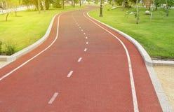 Σύγχρονη treadmill οδοιπορία για Jogging στο πάρκο μια ηλιόλουστη θερινή ημέρα σε ένα υπόβαθρο της πράσινης χλόης και τα δέντρα,  στοκ φωτογραφίες με δικαίωμα ελεύθερης χρήσης