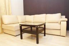 Σύγχρονοι άνετοι άσπροι καναπές και τραπεζάκι σαλονιού δέρματος γωνιών Στοκ Φωτογραφία