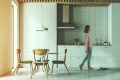 Σύγχρονοι άσπροι κουζίνα, καρέκλες και πίνακας που τονίζονται στοκ φωτογραφίες