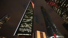 Σύγχρονοι αστικοί ουρανοξύστες, οικονομικά κεντρικά ορόσημα της Σαγγάης pudong τη νύχτα απόθεμα βίντεο