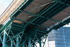 Σύγχρονοι γέφυρα και ουρανοξύστης Στοκ φωτογραφία με δικαίωμα ελεύθερης χρήσης