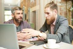 Σύγχρονοι επιχειρηματίες που συζητούν το πρόγραμμα εργασίας στον καφέ Στοκ φωτογραφίες με δικαίωμα ελεύθερης χρήσης