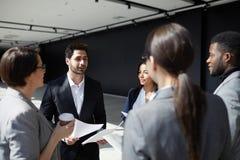 Σύγχρονοι επιχειρησιακοί συνάδελφοι που μοιράζονται τις στρατηγικές στοκ εικόνα