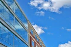Σύγχρονοι κτήριο και μπλε ουρανός στοκ εικόνα με δικαίωμα ελεύθερης χρήσης