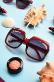 Σύγχρονοι μοντέρνοι γυαλιά ηλίου και αστερίας με το κοχύλι Στοκ Φωτογραφία
