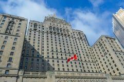 Σύγχρονοι ουρανοξύστες και το ντεμοντέ βασιλικό Υόρκη ξενοδοχείο Fairmont μέσα στις οικονομικές και περιοχές ψυχαγωγίας μέσα κεντ Στοκ Φωτογραφία