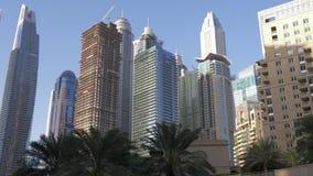 Σύγχρονοι ουρανοξύστες και φοίνικες γυαλιού τοπίων πόλεων στη μαρίνα του Ντουμπάι φιλμ μικρού μήκους