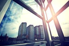 Σύγχρονοι ουρανοξύστες που βλέπουν επιχειρησιακοί από το παράθυρο Στοκ Φωτογραφίες