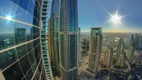 Σύγχρονοι ουρανοξύστες στη μαρίνα του Ντουμπάι με τον ήλιο και απόθεμα βίντεο