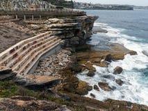Σύγχρονοι πέτρινοι διατηρώντας τοίχοι, απότομοι βράχοι της Bronte, Σίδνεϊ, Αυστραλία στοκ εικόνα με δικαίωμα ελεύθερης χρήσης
