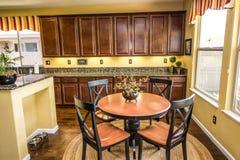 Σύγχρονοι πίνακας & έδρες κουζινών στοκ εικόνες