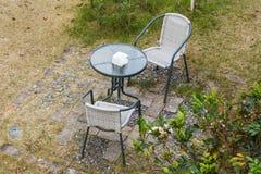 Σύγχρονοι πίνακας και καρέκλες στον κήπο Στοκ εικόνα με δικαίωμα ελεύθερης χρήσης