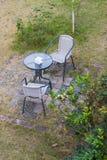 Σύγχρονοι πίνακας και καρέκλες στον κήπο Στοκ φωτογραφίες με δικαίωμα ελεύθερης χρήσης