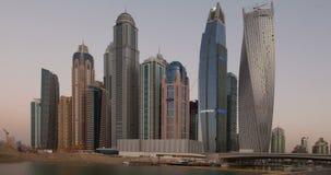 Σύγχρονοι πύργοι μαρινών του Ντουμπάι στη μαρίνα του Ντουμπάι φιλμ μικρού μήκους