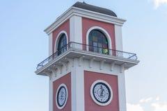 Σύγχρονοι ρόδινοι πύργος ρολογιών και ουρανός Στοκ Φωτογραφία