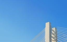 Σύγχρονοι τεμάχιο και μπλε ουρανός γεφυρών Στοκ εικόνα με δικαίωμα ελεύθερης χρήσης