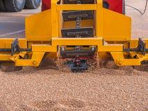 Σύγχρονοι φορτωτής σιταριού και όχημα μηχανημάτων γεωργίας χωρισμού, εργασία εχθρών μηχανών καλλιέργειας με τη συγκομιδή στοκ φωτογραφία