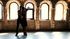 Σύγχρονοι χορευτές μπαλέτου ύφους που χορεύουν στο στούντιο απόθεμα βίντεο