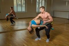 Σύγχρονοι χορευτές που ασκούν στο στούντιο χορού Στοκ φωτογραφία με δικαίωμα ελεύθερης χρήσης