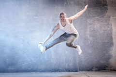 Σύγχρονοι χορευτές στο στούντιο Στοκ εικόνα με δικαίωμα ελεύθερης χρήσης