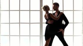 Σύγχρονοι χορευτές ύφους που ασκούν το μπαλέτο στο στούντιο χορού φιλμ μικρού μήκους