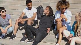 Σύγχρονοι lounging φίλοι στα βήματα απόθεμα βίντεο