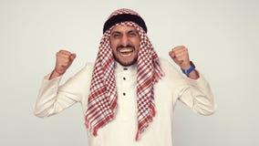 Σύγχρονος Άραβας στο γραφείο Ένα άτομο στο εθνικό φόρεμα χαμογελά και είναι έκπληκτο Στόμα και μάτια ευρέως ανοικτά Συγκινήσεις ζ απόθεμα βίντεο