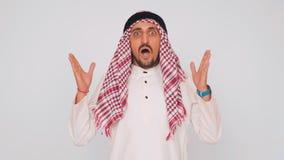 Σύγχρονος Άραβας στο γραφείο Ένα άτομο στο εθνικό φόρεμα χαμογελά και είναι έκπληκτο Στόμα και μάτια ευρέως ανοικτά Συγκινήσεις ζ φιλμ μικρού μήκους